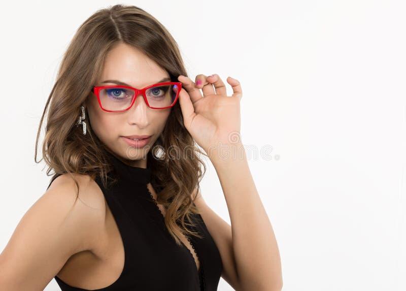 Zakończenia seksowny śliczny businessgirl w czerwonych szkłach moda i makijaż, piękno w biznesie obrazy stock
