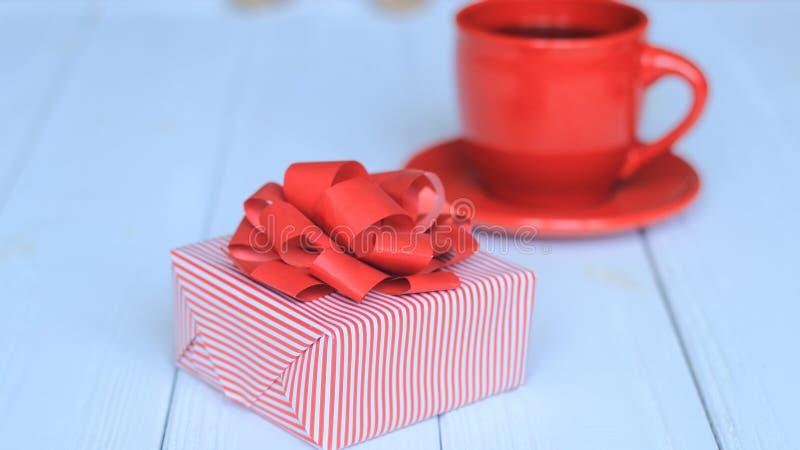 Zakończenia tła wizerunek czerwony filiżanki i prezenta pudełko na lekkim tle obrazy royalty free