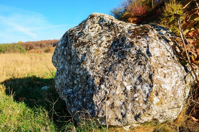 Zakończenia tło duży szarość kamień przerastający mech na tle jesieni pole zdjęcie royalty free
