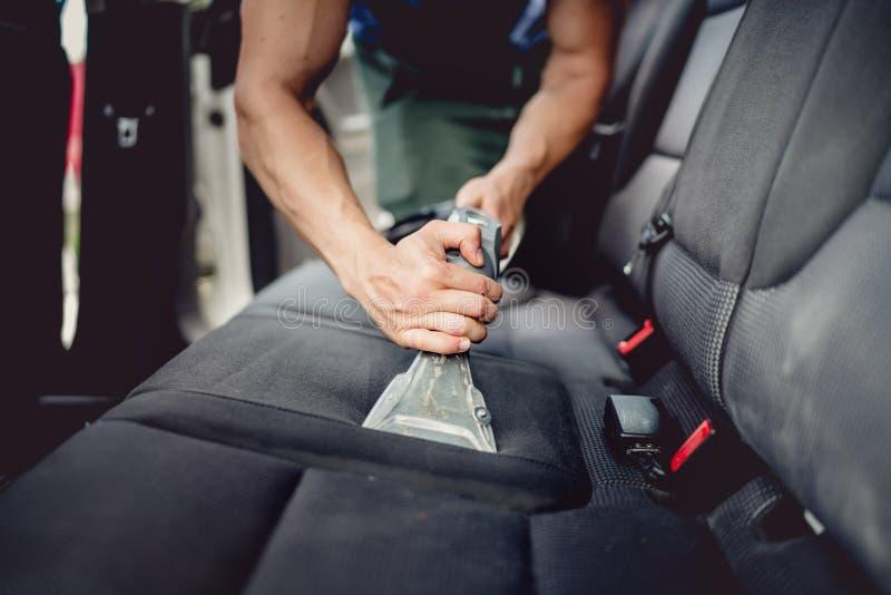 Zakończenia up szczegóły samochodu wyszczególniać - Cleaning i vacuuming samochodowy wnętrze zdjęcia royalty free