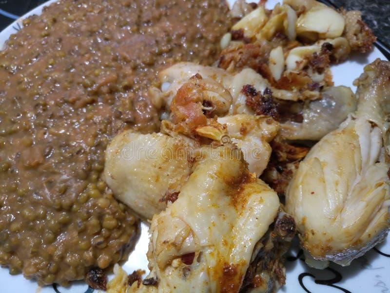 Zakończenia up talerz kurczaków kawałki i zielone soczewicy zdjęcie royalty free