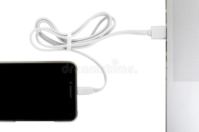 Zakończenia usb biały kabel łączy telefonu i laptopu nowej technologii pojęcie zdjęcie stock