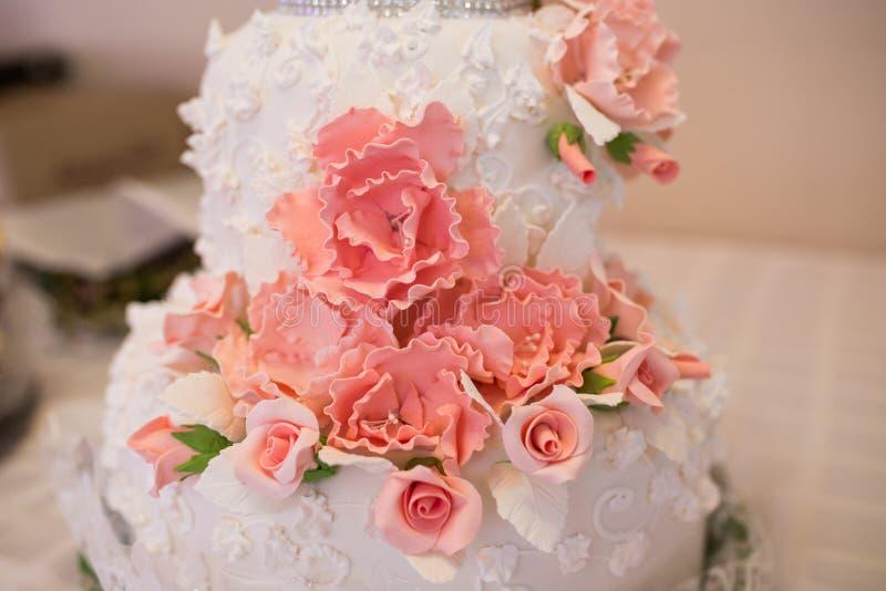 Zakończenie ślubny tort z marcepanami up różowi róże cukierki zdjęcia stock