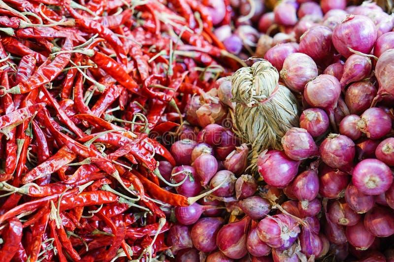 Zakończenie świeże czerwone szalotki i czerwony chili zdjęcia royalty free