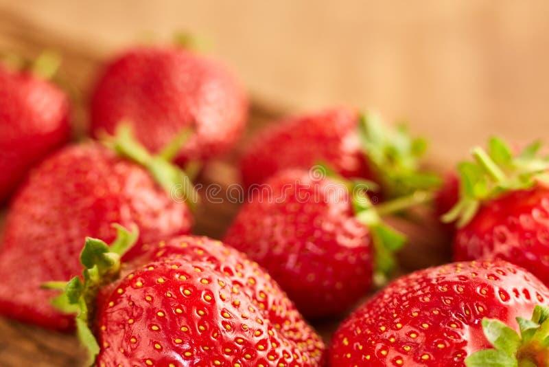 Zakończenie świeże czerwone truskawki na brown drewnianym stole zdjęcia royalty free
