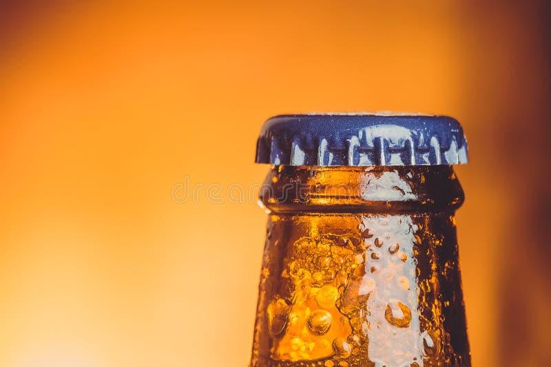 Zakończenie świeżego zimnego piwa ale pojedyncza butelka z kroplami i sto fotografia stock