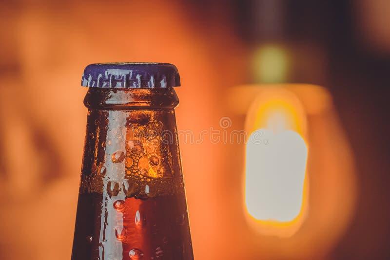 Zakończenie świeżego zimnego piwa ale pojedyncza butelka z kroplami i sto fotografia royalty free