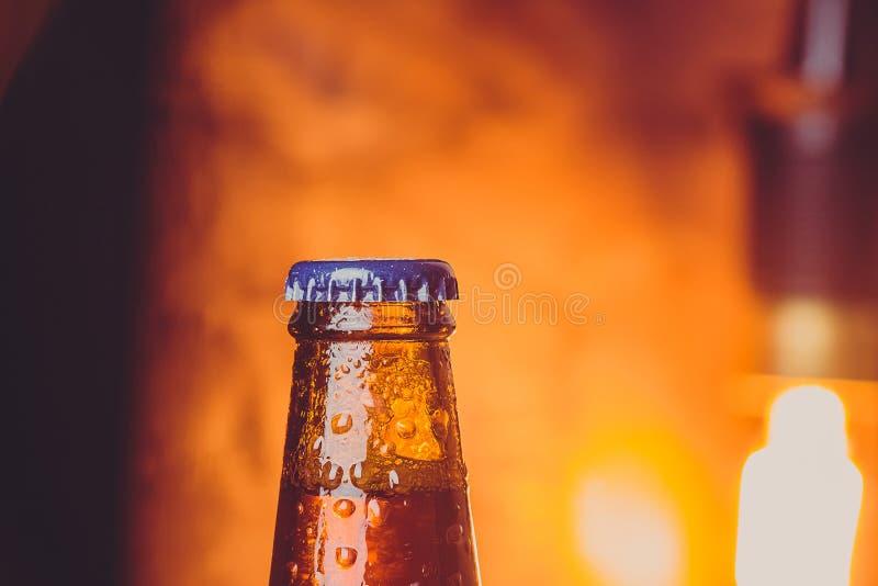 Zakończenie świeżego zimnego piwa ale pojedyncza butelka z kroplami i sto zdjęcia stock