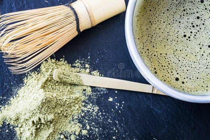 Zakończenie świeżo robić matcha narzędzia i zielona herbata obrazy royalty free