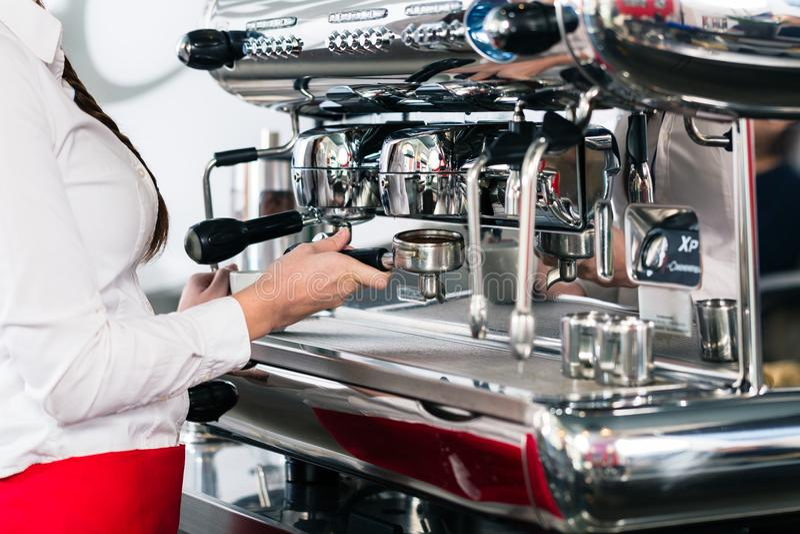 Zakończenie żeńska ręka na portafilter automatyczny coffe obraz royalty free