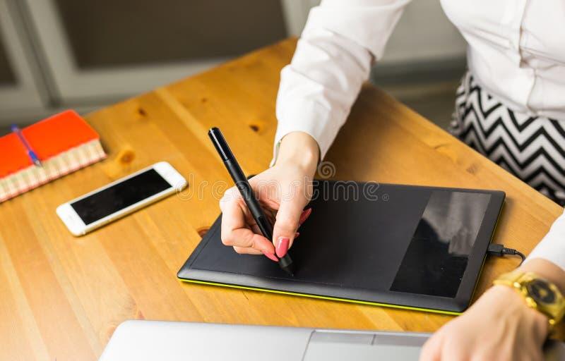 Zakończenie żeński projektant używa grafiki pastylkę zdjęcie stock