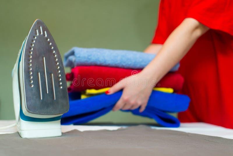 Zakończenie żelazo na tle kobiet ręki trzyma obrazy stock