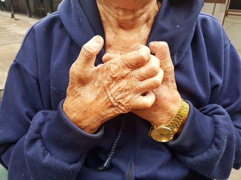 Zakończenie azjata niepełnosprawny stary człowiek dostaje klatka piersiowa ból obrazy stock