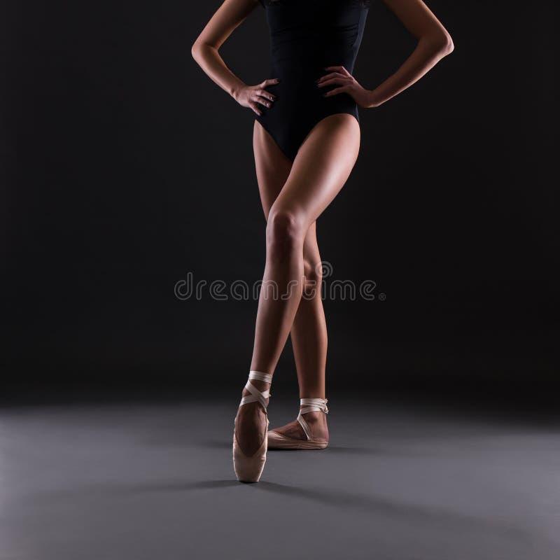 Zakończenie baletniczego tancerza ` s up iść na piechotę nad szarość obraz royalty free