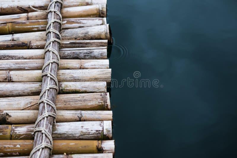 Zakończenie bambusowa tratwa na wodzie obraz royalty free