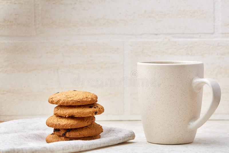Zakończenie biała filiżanka kawy z wyśmienicie czekoladowego układu scalonego ciastkami na białym tle, odgórny widok zdjęcia stock