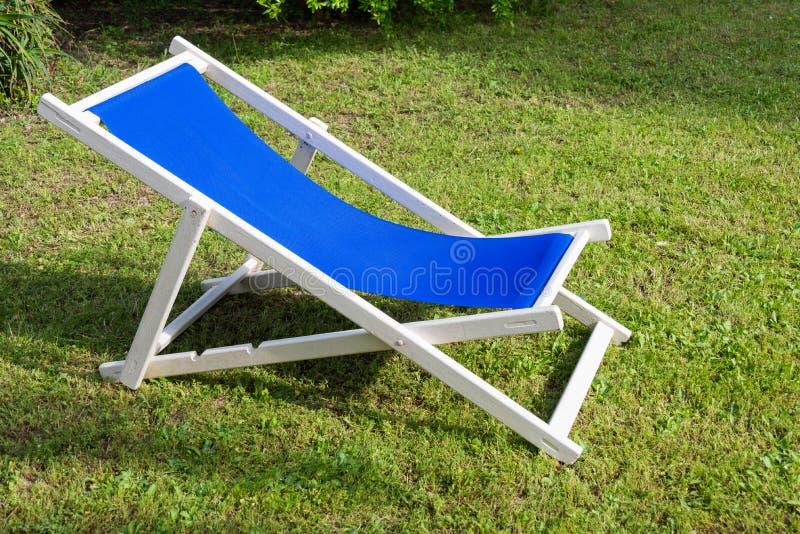 Zakończenie biały i błękitny deckchair zdjęcia stock