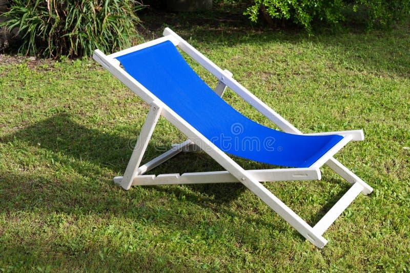 Zakończenie biały i błękitny deckchair obraz royalty free