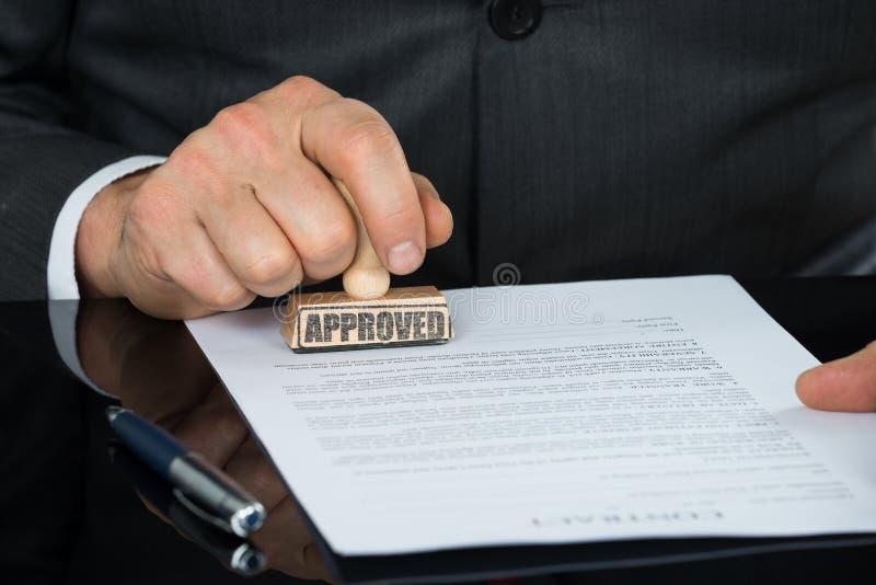 Zakończenie biznesmen ręki cechowanie Na Zatwierdzonej kontrakt formie obraz royalty free