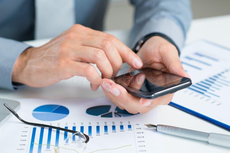 Zakończenie biznesmen Używa telefon komórkowego obrazy stock