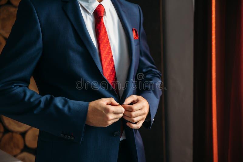Zakończenie biznesmena fornal jest ubranym jego kurtkę przy rankiem dzień ślubu Pojęcie mężczyzna elegancka elegancja odziewa zdjęcia royalty free