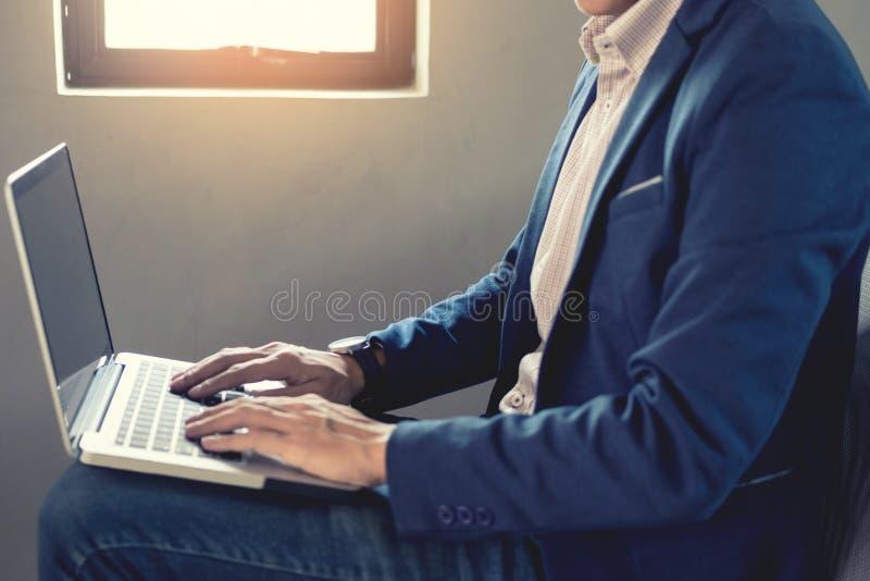 Zakończenie Biznesowy mężczyzna up wręcza ruchliwie działanie na jego laptopu sitti fotografia stock