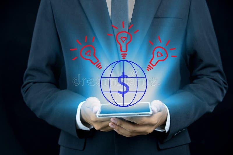 Zakończenie biznesowy mężczyzna wręcza wzruszającą cyfrową pastylkę obraz stock