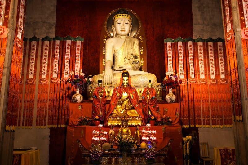 Zakończenie Buddyjska bóg statua w antycznej longhua świątyni budynek budowy chiny korba skończył nowoczesnych nowych biurowych S obraz stock
