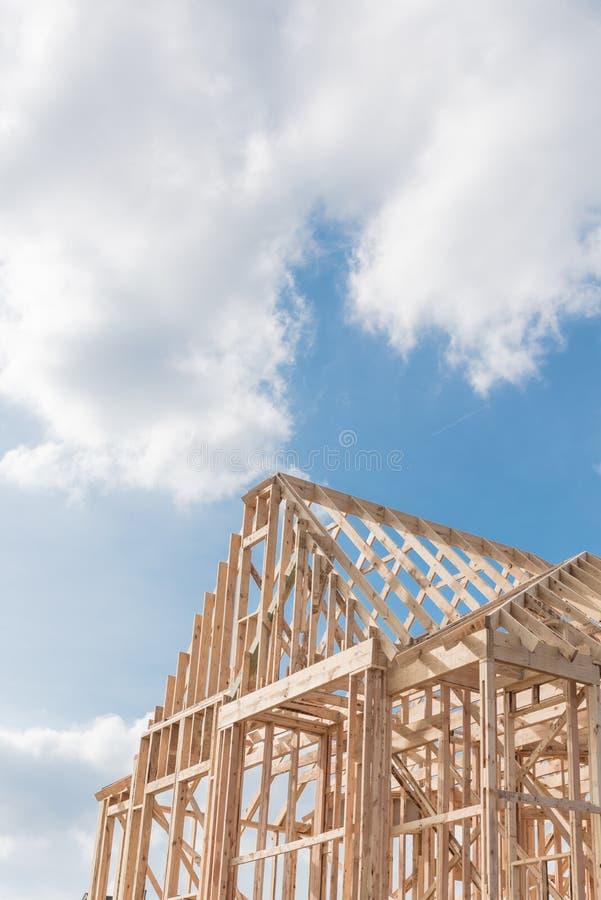 Zakończenie budowy szczytów dachu nowy drewniany kratownicowy, poczta, belkowaty framewor fotografia stock