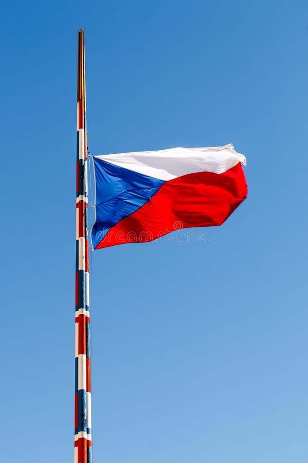Zakończenie czech flaga na flagpole z niebieskim niebem zdjęcia stock