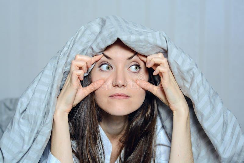 Zakończenie czołowy portret cierpi od bezsenność kobieta trzyma ona oczy z jej rękami, Strach, koszmary, podglądanie, widzieć y obrazy stock