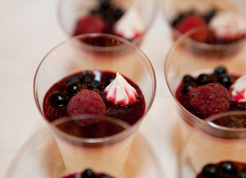 Zakończenie deser w szkle z jagodami malinka, czarna jagoda z i obraz royalty free