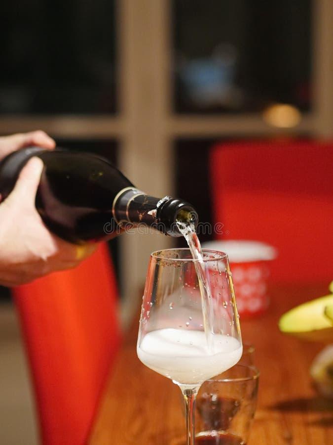 Zakończenie dolewanie szampan w szkło obrazy royalty free