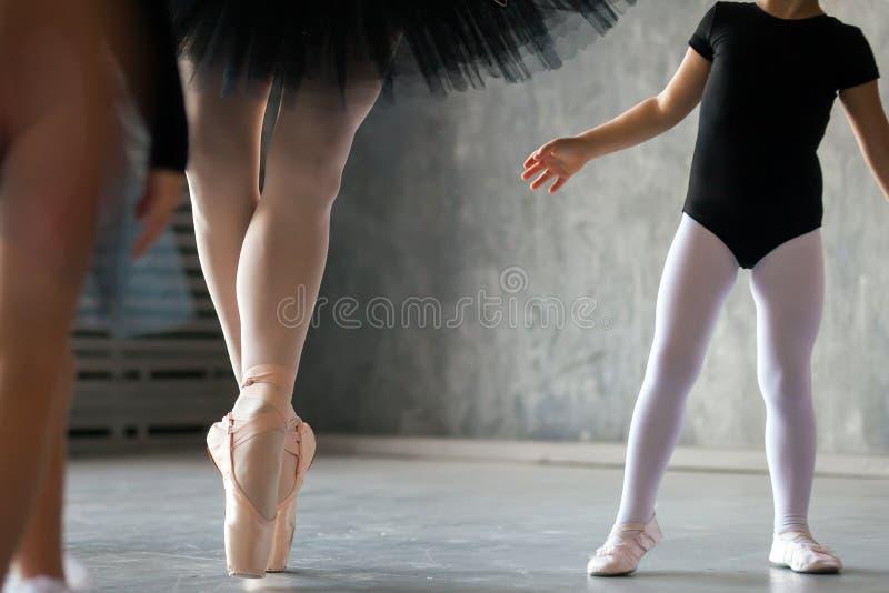 Zakończenie dorosła piękna balerina obraz stock