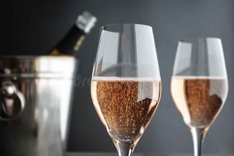 Zakończenie dwa szkła róż menchii szampana zdjęcia royalty free