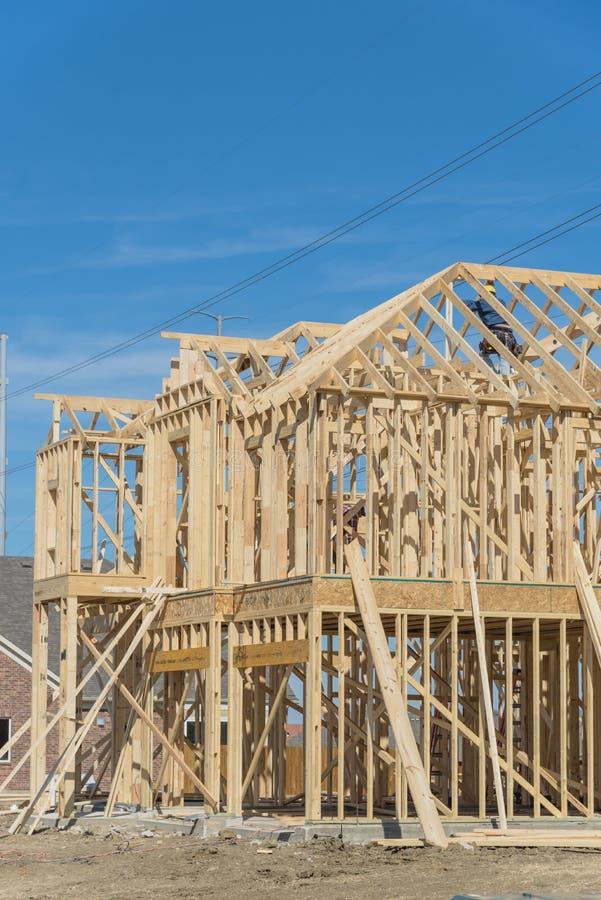 Zakończenie dwupiętrowy kij budował domowy w budowie w Irving zdjęcia stock