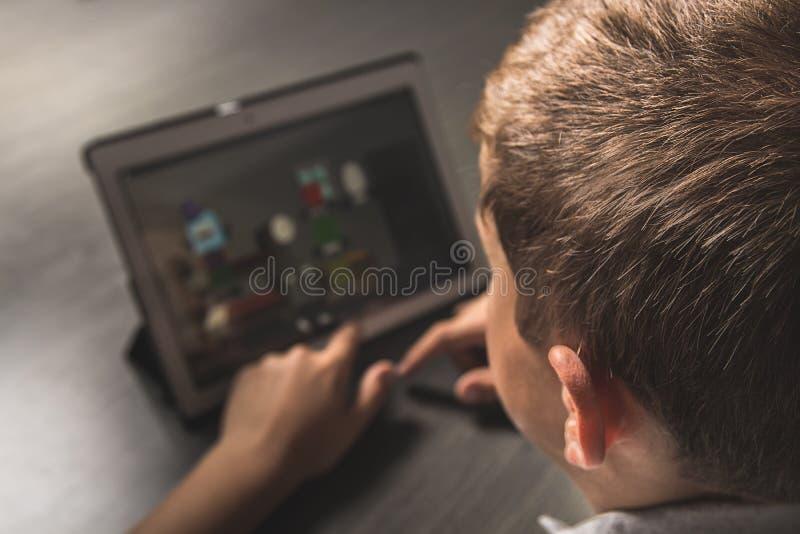 Zakończenie dziecko patrzeje pastylkę zdjęcie royalty free