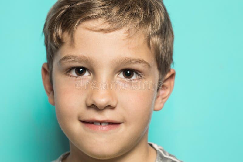 Zakończenie dziecko z drobnym uśmiechem fotografia royalty free