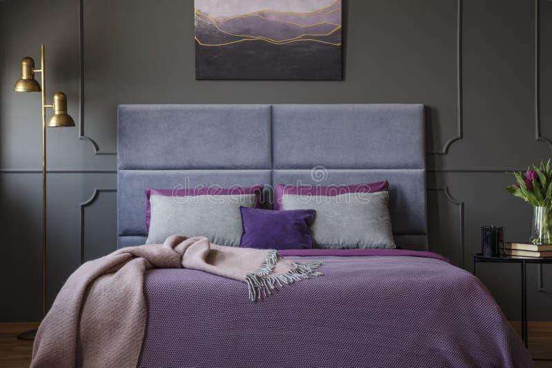 Zakończenie elegancki, luksusowy pokoju hotelowego wnętrze z różowym bla, obraz royalty free