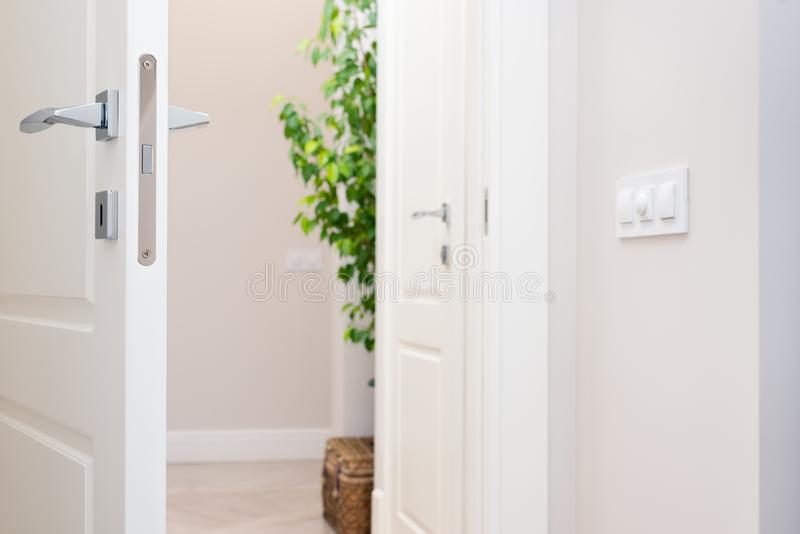 Zakończenie elementy wnętrze mieszkanie Odchylony biały drzwi fotografia royalty free