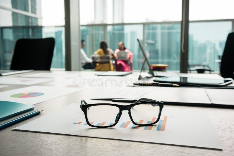 Zakończenie eyeglasses na drukowanym prętowej mapy seansu postępie obraz stock