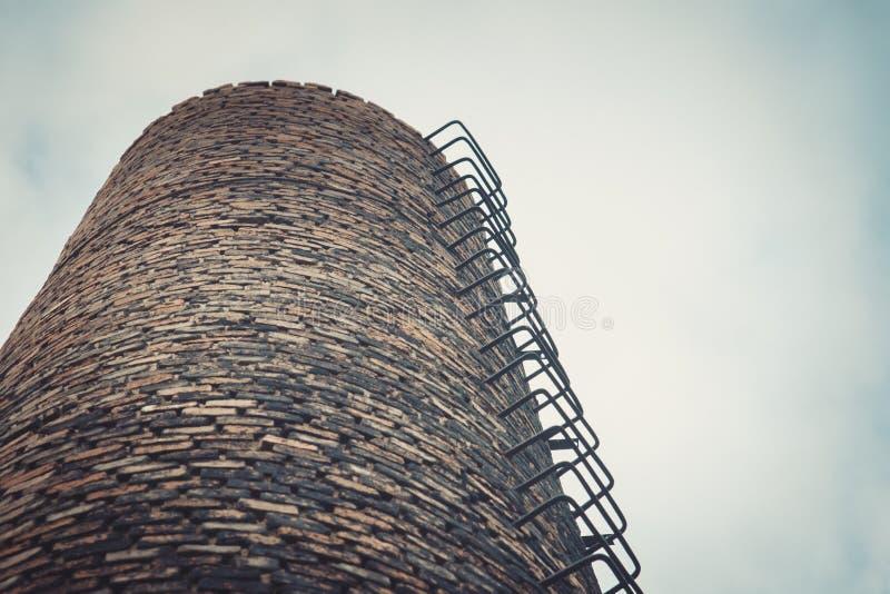 Zakończenie fabryczny ceglany komin Zanieczyszczenie Powietrza Przemysłowymi emisjami zdjęcie stock