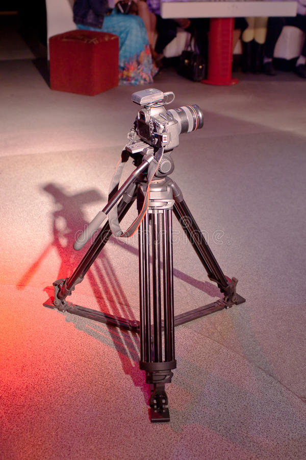 Zakończenie fotografia DSLR kamera na tripod zdjęcia stock