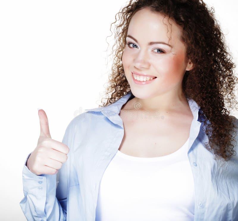 Zakończenie fotografia pokazuje OK gest śmieszna młoda kobieta, zdjęcia royalty free