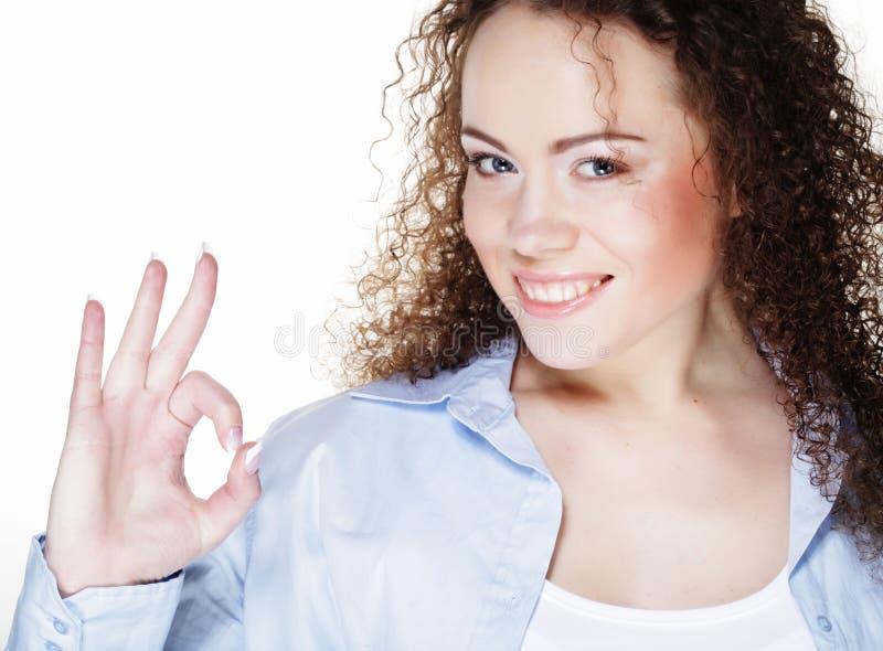 Zakończenie fotografia pokazuje OK gest śmieszna młoda kobieta, patrzeje kamerę obrazy royalty free
