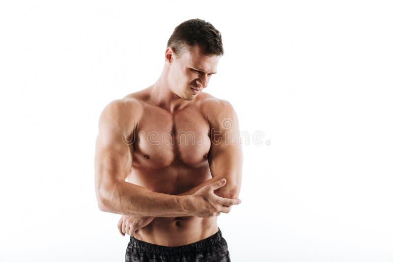 Zakończenie fotografia smutny młody sportowy mężczyzna uczucia ból w jego elb fotografia stock