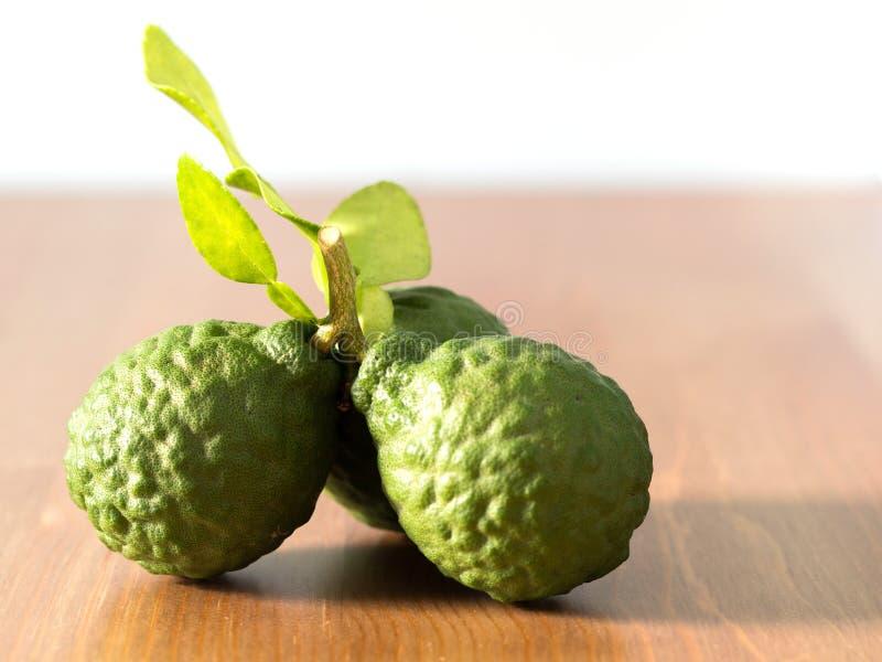 Zakończenie grupa świeża bergamota z zielenią up opuszcza na drewnianym stole korzyści bergamota dla piękna i zdrowia pojęcia zdjęcia stock