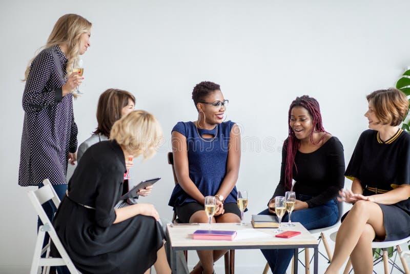 Zakończenie grupa biznesmeni wznosi toast szkła szampan w biurze zdjęcia stock
