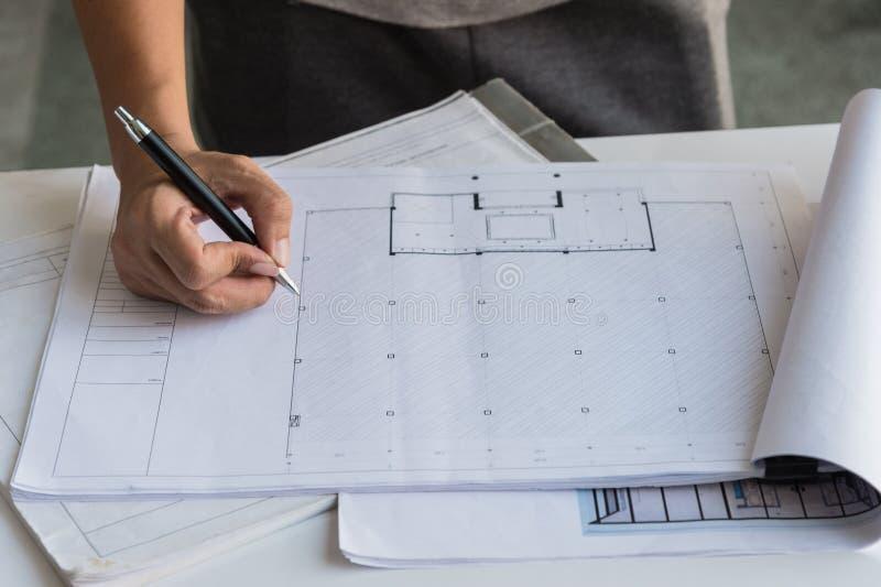 Zakończenie inżyniery up wręcza działanie na stole, on rysuje projekta nakreślenie w budowie lub biurze zdjęcie stock