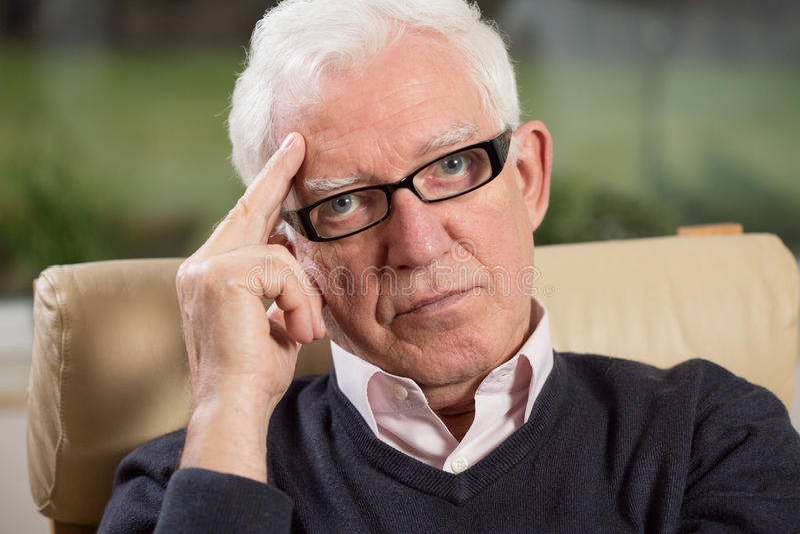 Zakończenie inteligentny starsza osoba mężczyzna zdjęcie royalty free